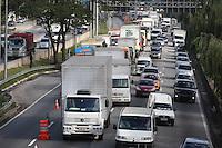 SAO PAULO, SP, 18/07/2012, TRANSITO.  Muito transito na Marginal Tiete sentido Rod. Ayrton Senna. Luiz Guarnieri/ Brazil Photo Press