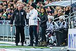 Stockholm 2014-01-10 Bandy Elitserien Hammarby IF - Sandvikens AIK :  <br />  TV4 programledare Marika Eriksson st&aring;r vid Sandviken avbytarb&aring;s och bredvid Sandvikens tr&auml;nare Stefan S&ouml;derholm under matchen<br /> (Foto: Kenta J&ouml;nsson) Nyckelord:  portr&auml;tt portrait