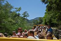 Europe/France/Languedoc-Roussillon/66/Pyrénées-Orientales/Conflent/Fontpédrouse: Le Train jaune de Cerdagne appelé le Train Jaune ou le Canari, car les véhicules arborent les couleurs catalanes, le jaune et le rouge - Voiture  panoramique  découverte