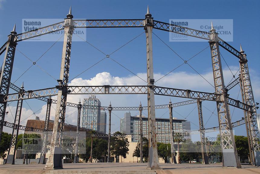 - Barcelona, old industrial structure in the gardens of Barcelloneta district....- Barcellona, vecchia struttura industriale nei giardini del quartiere di Barcelloneta....