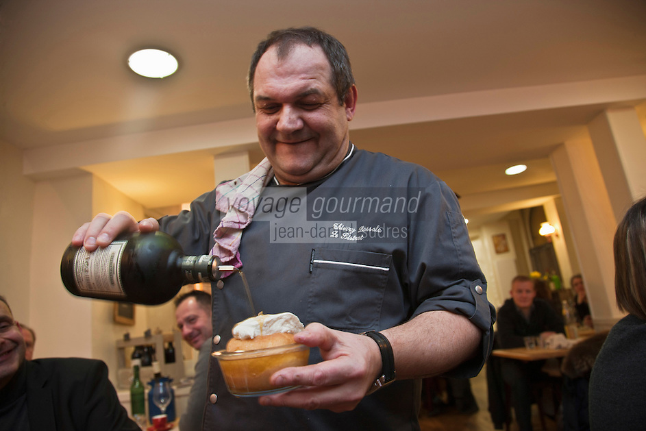 Europe/France/Aquitaine/64/Pyrénées-Atlantiques/Béarn/Pau: Thierry Lassala dans son restaurant: Ze Bistrot -  Service du Baba au rhum [Non destiné à un usage publicitaire - Not intended for an advertising use]