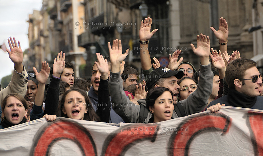 Palermo, students block the traffic to protest against government reform of public instruction, while in parliament there was a tense session to vote confidence to Berlusconi goverment.<br />