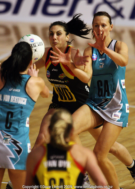 Magic wing defence Joline Henry tries to intercept a pass to Natalie Medhurst (right) during the ANZ Netball Championship match between the Waikato Bay of Plenty Magic and Adelaide Thunderbirds, Mystery Creek Events Centre, Hamilton, New Zealand on Sunday 19 July 2009. Photo: Dave Lintott / lintottphoto.co.nz