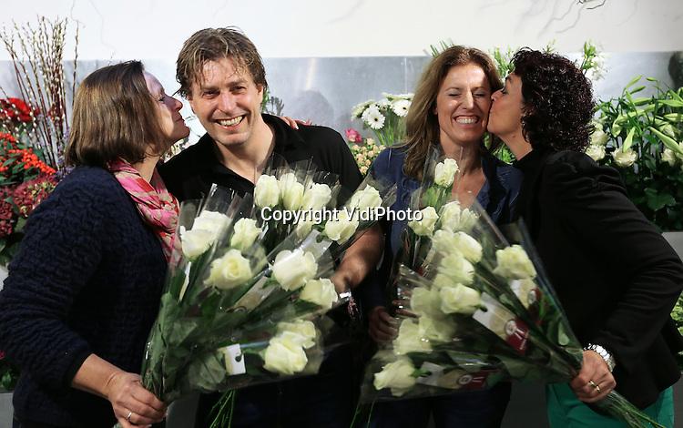 Foto: VidiPhoto<br /> <br /> VENLO - De beste bloemist van Nederland komt uit Limburg. Nizza Bloembinders uit Venlo is door zowel consumenten, vakjury als mystery shoppers als beste bloemist beoordeeld. Het bloemistenechtpaar Tom en Lilian Ebus werd donderdag door zowel personeel als klanten uitgebreid in het zonnetje gezet. De landelijke verkiezing &quot;Mijn Bloemist van het Jaar&quot; wordt tweejaarlijks georganiseerd door de branchevereniging voor bloemisten (VBW). Het is dit jaar voor het eerst dat de verkiezing plaatsvindt. Klanten van Nizza krijgen deze week een witte roos cadeau. Foto: Tom en Lilian Ebus worden gefeliciteerd door het personeel.