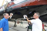 SKÛTSJESILEN: SNEEK: 14-07-2015, Skûtsje Earnewâld krijgt laatste onderhoudsbeurd met speciale laag voor het onderschip, links schipper Gerhard Pietersma, rechts leverancier product Ale Bok, ©foto Martin de Jong
