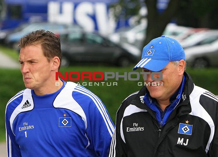1.Liga FBL 2008/2009  Training Hamburger SV <br /> <br /> Torwart Frank Rost (Nr.1), links und Trainer Martin Jol, rechts auf dem Weg zum Training. Im Hintergrund der alte HSV Bus.<br /> <br /> <br /> <br /> Foto &copy; nph (nordphoto)<br /> <br /> *** Local Caption ***