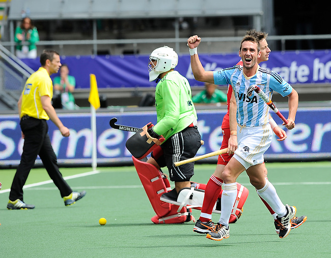 The Hague, Netherlands, June 15: Matias Paredes #10 of Argentina celebrates after scoring a field goal to give Argentina a 1-0 lead during the field hockey bronze match (Men) between Argentina and England on June 15, 2014 during the World Cup 2014 at Kyocera Stadium in The Hague, Netherlands. Final score 2-0 (0-0)  (Photo by Dirk Markgraf / www.265-images.com) *** Local caption *** George Pinner #1 of England, Matias Paredes #10 of Argentina, Michael Hoare #12 of England