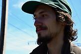 Vova Morrow, 23 Jahre alt, aus Mariupol, Vova Morrow ist fast zwei Meter gro&szlig; und macht F&uuml;hrungen. Der gelernte Stahlwerker arbeitet als Fotograf.  <br /><br />Ab dem 11.Juni k&ouml;nnen Ukrainer ohne Visum f&uuml;r 90 Tage in die EU. Portraits von Ukrainern/<br /><br />&bdquo;Ich war schon fast &uuml;berall in der Ukraine, aber noch nie im Ausland. Ich habe Bekannte in Berlin und in Tschechien und w&uuml;rde sie gern besuchen. Am liebsten w&uuml;rde ich aber auf den Balkan fahren. Die Menschen dort haben wie wir im Donbass einen Krieg erlebt &ndash; es w&uuml;rde mich interessieren, wie es dort 20 Jahre sp&auml;ter aussieht. Aber eigentlich will ich die ganze Welt sehen. Es gibt nichts Faszinierenderes f&uuml;r mich, als den Raum mit meinen Schritten auszumessen, einfach dorthin gehen, wo ich noch nicht war, Neues entdecken. Die Visa-Freiheit finde ich super. Erstens kann man sich die 35 Euro sparen und die Zeit, die man daf&uuml;r verschwendet, zur Botschaft zu fahren und auf das Ergebnis zu warten. Man kann sich einfach auf den Weg machen, wenn man will. Es gibt viele, die sagen: Aber was bringt es, wenn man kein Geld zum Reisen hat? Ich verstehe diesen Einwand nicht. Man kann sich doch etwas zur Seite legen, man kann per Anhalter reisen, zu Fu&szlig;, mit dem Fahrrad. Man kann sehr g&uuml;nstig reisen, wenn man will. Die Aufhebung der Visa-Pflicht ist jedenfalls eine gute Sache f&uuml;r die Ukraine.&ldquo;