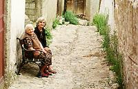 Strassenszene im serbischen Teil von Prizren. Die beiden kosovo-serbischen Frauen wollen nicht aus ihren Haeusern gehen und haben bislang Glueck gehabt, dass sie noch nicht von den Kosovo-Albanern vertrieben wurden.<br /> Prizren/Jugoslawien, 30.7.1999<br /> Copyright: Christian-Ditsch.de<br /> [Inhaltsveraendernde Manipulation des Fotos nur nach ausdruecklicher Genehmigung des Fotografen. Vereinbarungen ueber Abtretung von Persoenlichkeitsrechten/Model Release der abgebildeten Person/Personen liegen nicht vor. NO MODEL RELEASE! Don't publish without copyright Christian-Ditsch.de, Veroeffentlichung nur mit Fotografennennung, sowie gegen Honorar, MwSt. und Beleg. Konto: I N G - D i B a, IBAN DE58500105175400192269, BIC INGDDEFFXXX, Kontakt: post@christian-ditsch.de<br /> Urhebervermerk wird gemaess Paragraph 13 UHG verlangt.]