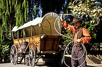 Cowboy swinging a lasso next to a horse wagon in Knotts Berryfarm LA, USA foto, reise, photograph, image, images, photo,<br />