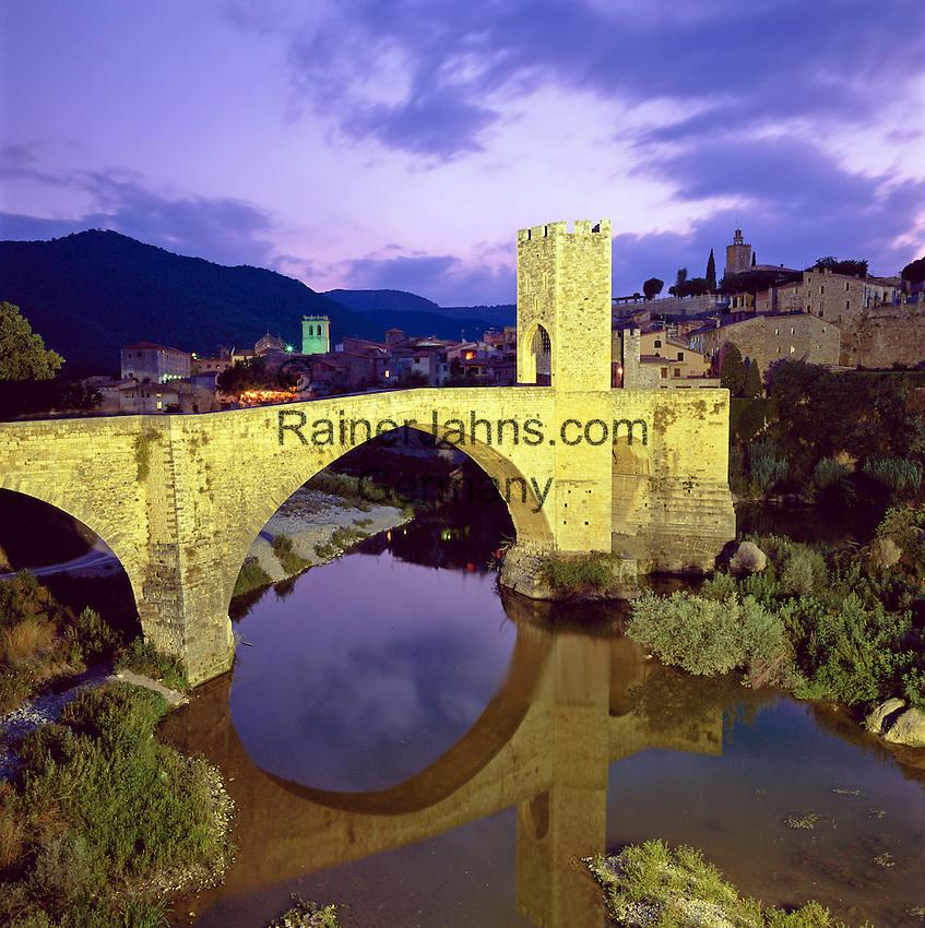 Spain, Catalunya, Besalu: Medieval town and bridge over Fluvia River at night | Spanien, Katalonien, Besalu: mittelalterliches Staedtchen am Fusse der Pyrenaeen, Bruecke von Besalu aus dem 12. Jahrhundert ueber den Fluss Fluvia, Abenddaemmerung