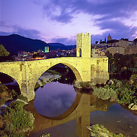Spain, Catalunya, Besalu: Medieval town and bridge over Fluvia River at night | Spanien, Katalonien, Besalu: mittelalterliches Staedtchen am Fusse der Pyrenaeen, Bruecke von Besalu aus dem 12. Jahrhundert ueber den Fluss Fluvia, Abenddaemmerung