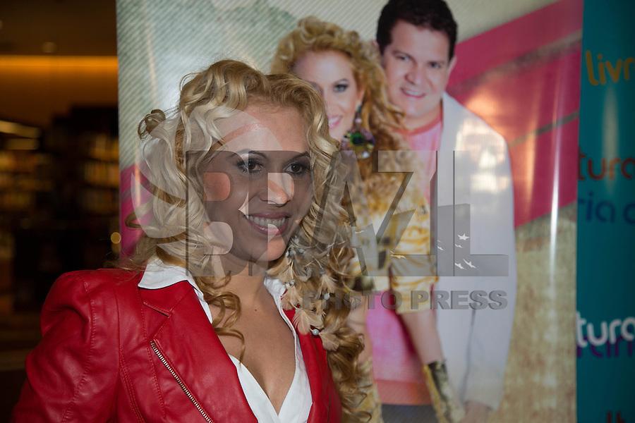 """SAO PAULO, SP,  04 DE FEVEREIRO DE 2013. LANÇAMENTO CD ETERNOS NAMORADOS BANDA CALYPSO. A cantora da Banda Calypso, Joelma, participa do lançamento do CD  """"Eternos namorados""""  na tarde desta segunda feira na livraria Cultura na avenida Paulista. FOTO ADRIANA SPACA/BRAZIL PHOTO PRESS"""