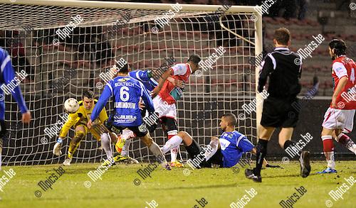 2012-02-18 / Voetbal / seizoen 2011-2012 / R. Antwerp FC - Roeselare / Freddy Mombongo-Dues scoort hier de 2-1 met een hakje..Foto: Mpics.be