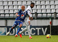 MANIZALES-COLOMBIA-24-08-2014. Johan Arango (I) de Once Caldas disputa el balón con Esteban Ortiz (D) del Millonarios durante partido de la fecha 6 de la Liga Postobón II 2014 jugado en el estadio Palogrande de Manizales./ Once Caldas Player Johan Arango (L) fights for the ball with Millonarios player Esteban Ortiz (R) during match of the 10th date of Postobon  League II 2014 played at Palogrande  stadium in Manizales city. Photo: VizzorImage/Jhon Jairo Bonilla/STR