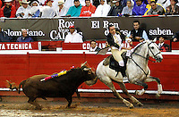 MANIZALES-COLOMBIA. 6-01-2014. El rejoneador Jose Miguel Gonzales lidiando a Dominguero de 448 kg durante la temporada taurina de la 58 feria de Manizales /  The mounted bullfighter Jose Miguel Gonzales to dealing Weekender 448 kg during the bullfighting season 58 Manizales Fair .Photo: VizzorImage / Santiago Osorio / Stringer
