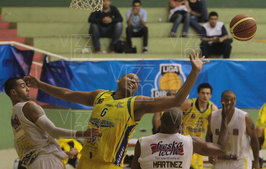 BUCARAMANGA -COLOMBIA, 04-10-2013. Aspecto del encuentro entre Búcaros Freskaleche y Bambuqueros de Neiva válido por la fecha 23 de la Liga DirecTV de Baloncesto 2013-II Colombia de Colombia realizado en el Coliseo Vicente Díaz Romero de Bucaramanga./ Aspect of the match between Bucaros Freskaleche and Bambuqueros de Neiva valid for the 23th date DirecTV Basketball League 2013-II in Colombia at Vicente Diaz Romero coliseum in Bucaramanga. Photo:VizzorImage / Duncan Bustamante / STR