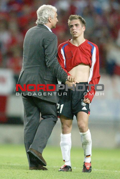 Europameisterschaft 2004 Portugal<br /> <br /> Deutschland vs Tschechien 1:2<br /> <br /> Rudi Voeller und Philipp Lahm nach der Niederlage und dem Ausscheiden<br /> <br /> Foto &copy; nordphoto<br /> <br /> <br /> <br /> Gemaess Auflage der UEFA duerfen saemtliche Bilder von der EURO 2004 nicht fuer MMS Dienste oder sonstige Dienste via Mobiltelefon oder mit PDAs genutzt werden.<br /> <br /> <br /> <br /> <br /> <br />  *** Local Caption *** Foto ist honorarpflichtig! zzgl. gesetzl. MwSt.<br /> <br />  Belegexemplar erforderlich<br /> <br /> Adresse: nordphoto<br /> <br /> Georg-Reinke-Strasse 1<br /> <br /> 49377 Vechta<br /> <br /> Telefon: 04441-89400 / Fax: 04441-894022