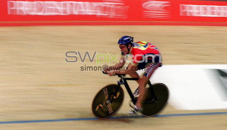 Pix:Simon Wilkinson/SWPIX. World Track Cycling Championships, Manchester. 24/10/2000. Practice day...COPYWRIGHT PICTURE>>SIMON WILKINSON>>01943 436649>>..Gold Medal man Jason Queeley practices