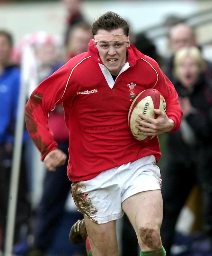 Photo. Richard Lane. .Wales U21 v England U21 at Sardis Road, Pontypridd, Wales. 2/2/2001.Shaun James.