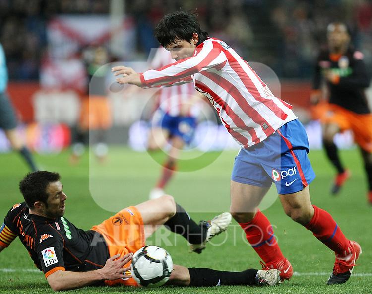 Atletico de Madrid's Kun Aguero (r) and Valencia's Carlos Marchena during La Liga match.(ALTERPHOTOS/Acero)
