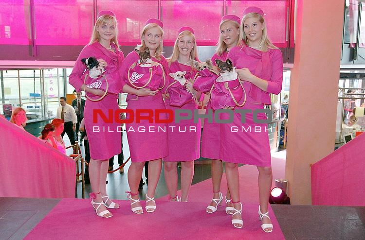 Natuerlich Blond 2<br /> Deutschlandpremiere in Hamburg im Cinemax Dammtor<br /> Blonde Damen in rosa und Hund<br /> Foto &copy; nordphoto / Anja Heinemann<br /> <br /> <br /> <br />  *** Local Caption *** Foto ist honorarpflichtig! zzgl. gesetzl. MwSt.<br />  Belegexemplar erforderlich<br /> Adresse: nordphoto<br /> Georg-Reinke-Strasse 1<br /> 49377 Vechta<br /> Telefon: 04441-89400 / Fax: 04441-894022