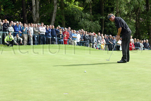 30 May 2004: Northern Irish golfer DARREN CLARKE (NIR) putting during the final round of the Volvo PGA Championship at Wentworth Photo: Glyn Kirk/Action Plus...golf player 040530 putt green