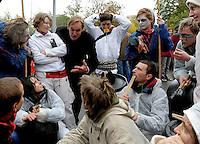 """Nazi Aufmarsch / Demo in Leipzig Ost - Leipziger verhindert den Zug durch die Stadt mit Blockade am S-Bahnhof Sellerhausen - unter dem Motto """"Leipzig nimmt Platz"""" nahmen Hunderte Leipziger an der bunten Gegenveranstaltung teil - sie schafften es den Start des Aufmarsches solange zu verhindern bis die Polizei die Kundgebung für beendet erklärte - in diesem Moment (ca. 16:40) eskalierte die Situation auf Seiten der Sympathiesanten der rechten Szene - Steine und Flaschen flogen - die Polizei bekam die Situation rasch wieder unter Kontrolle - im Bild:  Straßentheater auf Seite der Gegendemonstranten - hier bedankt sich  OBM Burkhard Jung bei den Akteuren für ihren kreativen Beitrag. Foto: Norman Rembarz..Norman Rembarz , ASV-Autorennummer 41043728 , Holbeinstr. 14, 04229 Leipzig, Tel.: 01794887569, Hypovereinsbank: BLZ: 86020086, KN: 357889472, St.Nr.: 231/261/06432 - Jegliche kommerzielle Nutzung ist honorar- und mehrwertsteuerpflichtig! Persönlichkeitsrechte sind zu wahren. Es wird keine Haftung übernommen bei Verletzung von Rechten Dritter. Autoren-Nennung gem. §13 UrhGes. wird verlangt. Weitergabe an Dritte nur nach  vorheriger Absprache.."""