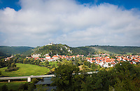 Germany, Bavaria, Upper Palatinate, Kallmuenz: with Castle Ruin Kallmuenz |  Deutschland, Bayern, Oberpfalz, Kallmuenz: mit dem Burgberg und der Burgruine Kallmuenz