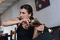 "Giòvia 18 de làmpadas de su 2009 Bartzellona (Ispagna)<br /> Adele Madau, violinista nàschida in Pirri, est una musitzista ativa in setores diferentes, chi andant dae mùsicas pro sa dantza e su teatru, a sa collaboratzione cun àteros musitzistas, a sa relata intre mùsica e ispetàculu e arte culinària. Intre sas atividades suas b'est peri cussa de organizare ""chenas sensoriales"", ue su màndigu benit presentadu a chie setzet in mesa pro mèdiu de sa mùsica o àteros ammajos. Inoghe est foto- grafada sonende su violinu cun una lepa sarda e ammaniende su menù musicale pro una chena ""sensoriale"". <br /> <br /> Giovedì 18 giugno 2009 Barcellona (Spagna) <br /> Adele Madau, violinista nata a Pirri è una musicista attiva in diversi settori, che vanno dalla realiz- zazione di musiche per la danza ed il teatro, alla collaborazione con altri musicisti, al connubio tra musica e spettacolo e arte culinaria. Tra le sue attività vi è anche l'organizzazione delle cosid- dette ""cene sensoriali"", eventi in cui le pietanze vengono presentate ai commensali attraverso la musica o altre suggestioni. Qui è ritratta mentre suona il violino con un coltello artigianale sardo e prepara il menù musicale per una ""cena sensoriale"". <br /> <br /> Thursday 18th June 2009 Barcelona (Spain) <br /> Adele Madau, violinist born in Pirri, is a musician active in various fields ranging from the creation of music for dance and theatre, to collaboration with other musicians, to the combination of music and entertainment and culinary art. As part of her work, she also organises the so-called ""sensory dinners"", events in which the dishes are presen- ted to the diners through music or other sensory suggestions. Here she is portrayed while playing the violin with a Sardinian craft knife and prepa- res the musical menu for a ""sensory dinner""."