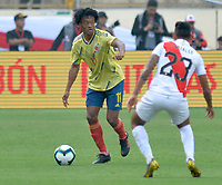LIMA,PERÚ,09-06-2019:Juan Cuadrado jugador de Colombia disputa el balón con el Perú durante   partido amistoso de preparación para la Copa América de Brasil 2019 jugado en el estadio Monumental de Lima la ciudad de Lima./Juan Cuadrado player of Colombia fights the ball against of  Peru team during a friendly match in preparation for the 2019 Copa América of Brazil played at Lima's Monumental Stadium in Lima. Photo: VizzorImage / Cristian Alvarez / FCF