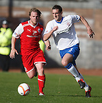 Lee Wallace ghosts past Graham Weir