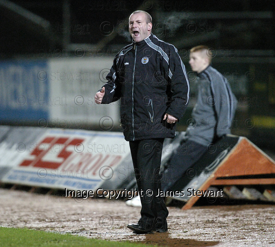 20/02/2007       Copyright Pic: James Stewart.File Name : sct_jspa12_st_mirren_v_motherwell.GUS MACPHERSON SHOUTS HIS INSTRUCTIONS....James Stewart Photo Agency 19 Carronlea Drive, Falkirk. FK2 8DN      Vat Reg No. 607 6932 25.Office     : +44 (0)1324 570906     .Mobile   : +44 (0)7721 416997.Fax         : +44 (0)1324 570906.E-mail  :  jim@jspa.co.uk.If you require further information then contact Jim Stewart on any of the numbers above.........