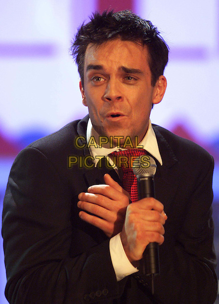 ROBBIE WILLIAMS.Ref: G.Sauer.microphone, singing, headshot, portrait, funny.www.capitalpictures.com.sales@capitalpictures.com.©Capital Pictures