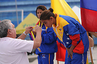 MEDELLIN -COLOMBIA, 08-06-2013. La clavadista venezolana Elizabeth Perez recibe la medalla de oro en trampolín de 3 metros durante el Campeonato Sudamericanos de Clavados en Medellín./ Venezuelan diver Elizabeth Perez receives a gold medal at the 3m springboard during the XXIV South American championship diving in Medellin. Photo: VizzorImage/Luis Rios/STR
