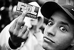 Moqueurs, des jeunes de banlieue posent avec un autocollant de la FIDL, l'un des 2 principaux syndicats lycéens, lors de la manifestation du 18 mars.