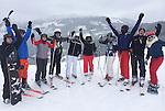 Foto: VidiPhoto<br /> <br /> MITTERSILL &ndash; In de Kitzb&uuml;heler Alpen heeft het in de nacht van zaterdag op zondag voor het eerst dit seizoen serieus gesneeuwd. Ook in de dalen is er zo&rsquo;n 10-15 cm. sneeuw gevallen en ook de komende dagen en nachten wordt er veel verse sneeuw verwacht. Veel winterporters maakten zondag dan ook gebruik van de pistes met verse sneeuw. Tot nog toe gingen veel skiliefhebbers naar de groene weiden, met opgespoten sneeuw. Vanaf nu helpt de natuur een handje. Dit seizoen gaat ongeveer 1 miljoen Nederlanders  op wintersport. De meeste vertrekken in de krokusvakantie. Foto: Een Nederlandse wintersportgroep in de verse sneeuw.