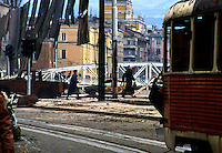 Sarajevo / Bosnia / BIH / 1994. Scena di vita quotidiana durante l'assedio. Alcuni civili attraversano un incrocio sotto il tiro dei cecchini nei pressi del ponte di Skenderija. Scene of daily life during the siege. Some civilians crossing a dangerous cross-road under fire of snipers near Skenderija, downtown Sarajevo.<br />