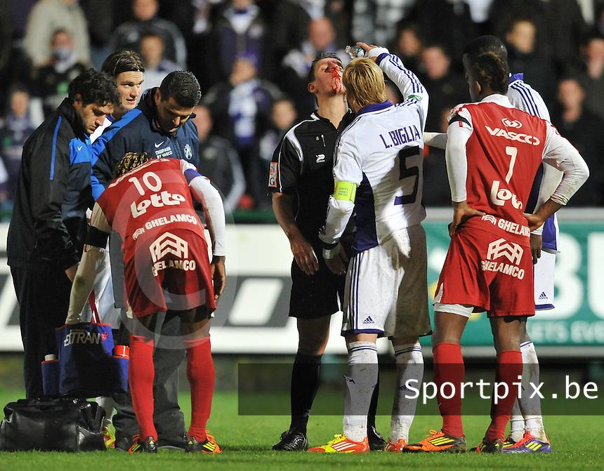 KV Kortrijk - RSC Anderlecht : scheidsrechter Laurent Colemonts heeft een bloedneus.foto VDB / BART VANDENBROUCKE