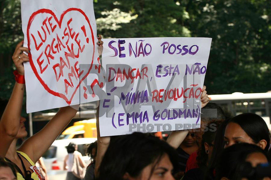 SÃO PAULO - SP - 16 DE FEVEREIRO 2013.ONE BILLION RISING, idealizado por Eve Ensler, autora do Monologo da Vagina, realizado no vão livre do MASP, na tarde deste sabado (16). FOTO: MAURICIO CAMARGO / BRAZIL PHOTO PRESS.