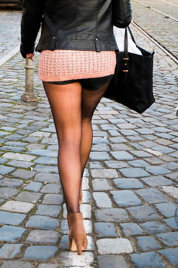 Duitsland, Frankfurt am Main, 23 nov 2014<br /> Jonge vrouw met hotpants en hoge hakken loopt over straat <br /> Foto: (c) Michiel Wijnbergh