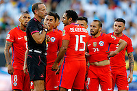 Futbol, Argentina v Chile.<br /> Copa America Centenario 2016.<br /> El arbitro Daniel Fedorczuk encara a los jugadores de la seleccion chilena durante el partido del grupo D de la Copa Centenario contra Argentina en el estadio Levi's de Santa Clara, Estados Unidos.<br /> 06/06/2016<br /> Andres Pina/Photosport*********<br /> <br /> Football, Argentina v Chile.<br /> Copa America Centenario Championship 2016.<br /> Referee Daniel Fedorczuk faces Chile's players during the Copa Centenario Chmpionship football match against Argentina at the Levi's Stadium in Santa Clara, United States.<br /> 06/06/2016<br /> Andres Pina/Photosport