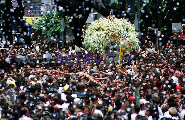 Sob uma chuva de papel picado, promesseiros levantam a corda que seguram em pagamento as promessas feitas a Nossa Senhora de Nazar&eacute;. A prociss&atilde;o que ocorre a mais de 200 anos Bel&eacute;m tem estimativas que mais de 1.500.000 pessoas &agrave; acompanhem.<br />Bel&eacute;m - Par&aacute; - Brasil<br />08/10/2000<br />&copy;Foto: Paulo Santos/Interfoto.<br />Negativo 135 mm N&ordm; 7630 T5 F7