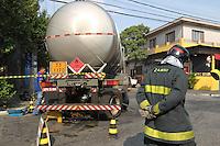 SAO PAULO, 05 DEZEMBRO 2012 - CAMINHA OBSTRUCAO DE VIA -  Um caminhao que transportava 40 mil litros de alcool teve dois pneus estourados e quebra de suspenção na Rua Auriverde nº 1920 no bairro do Ipiranga. Todo local foi isolado por prevençao.  FOTO: LUIZ GUARNIERI / BRAZIL PHOTO PRESS