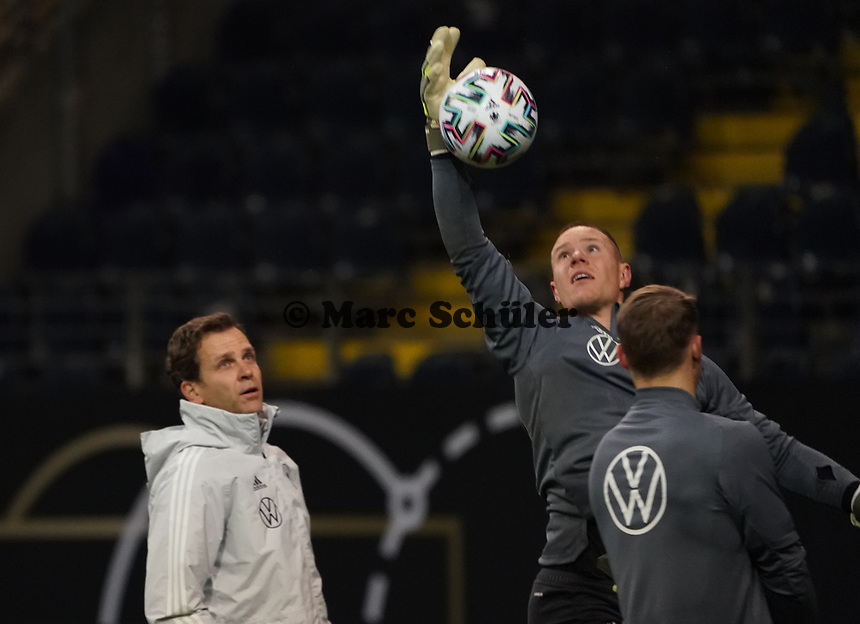 Torwart Marc-Andre ter Stegen (Deutschland Germany) gegen Teammanager der Nationalmannschaft Oliver Bierhoff (Deutschland Germany) - 18.11.2019: Deutschland Abschlusstraining, Commerzbank Arena Frankfurt, EM-Qualifikation DISCLAIMER: DFB regulations prohibit any use of photographs as image sequences and/or quasi-video.