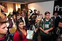 """SAO PAULO, SP, 30 AGOSTO 2012 - LANCAMENTO LIVRO: O BRASIL E ALVIVERDE INTEIRO -  Publico durante lancamento do livro """"O BRASIL É ALVIVERDE INTEIRO – CAMPEAO INVICTO DA COPA DO BRASIL 2012"""" de fotos da conquista da Copa do Brasil 2012, na livraria da FNAC, em São Paulo (SP). nesta quinta-feira. (FOTO: POLINE LYS / BRAZIL PHOTO PRESS)."""