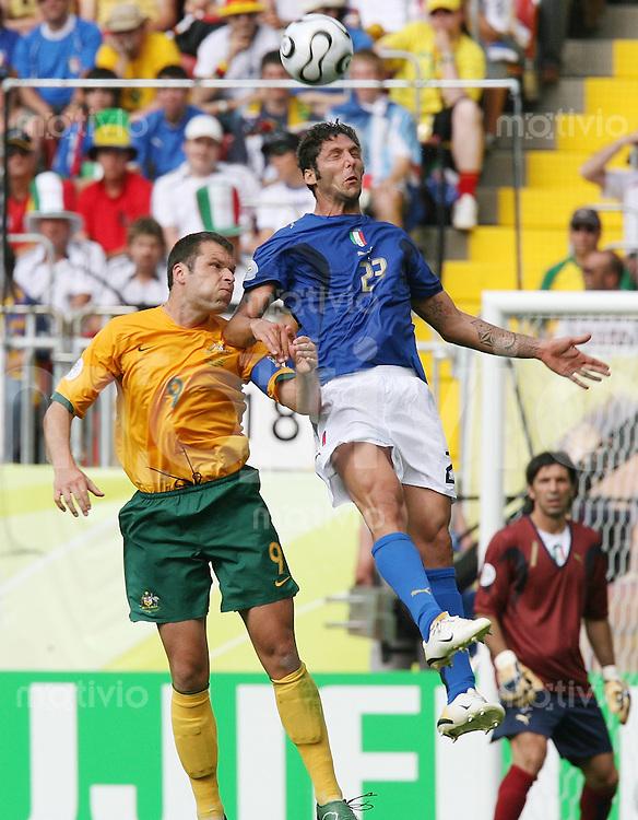 Fussball WM 2006   Achtelfinale   Italien - Australien Marco Materazzi (ITA,re) gegen Mark Viduka (AUS)