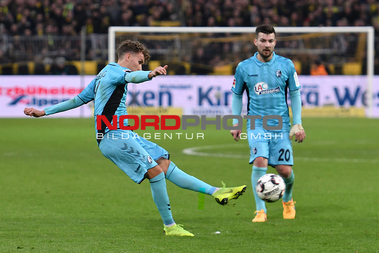 01.12.2018, Signal Iduna Park, Dortmund, GER, DFL, BL, Borussia Dortmund vs SC Freiburg, DFL regulations prohibit any use of photographs as image sequences and/or quasi-video<br /> <br /> im Bild Luca Waldschmidt (#11, SC Freiburg) schiesst den Freistoss auf das Tor<br /> <br /> Foto © nordphoto/Mauelshagen