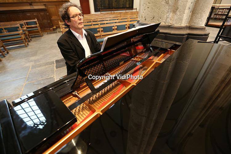 Foto: VidiPhoto..AMERSFOORT - Repetitie en uitvoering van de Reformatorische Oratoriumvereniging Sonante Vocale, een van de 'jongste' oratoriumverenigingen van Nederland, in de St. Joriskerk in Amersfoort van de Lutherse missen van o.a. Bach. Foto: Organist en pianist Martin Lorijn...