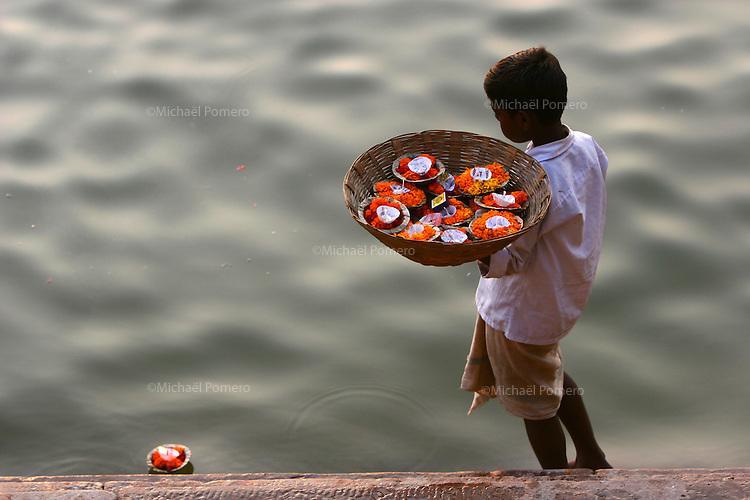 04.11.2007 Varanasi(Uttar Pradesh)<br /> <br /> Young boy selling offerings to put in Ganga.<br /> <br /> Jeune garcon vendant des offrandes pour mettre sur le Gange.